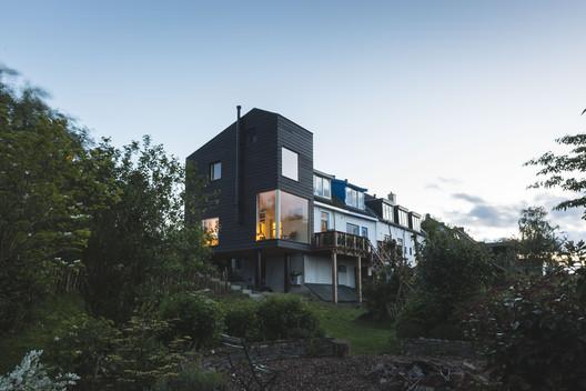 House Extension Along the Dike / Walden Studio