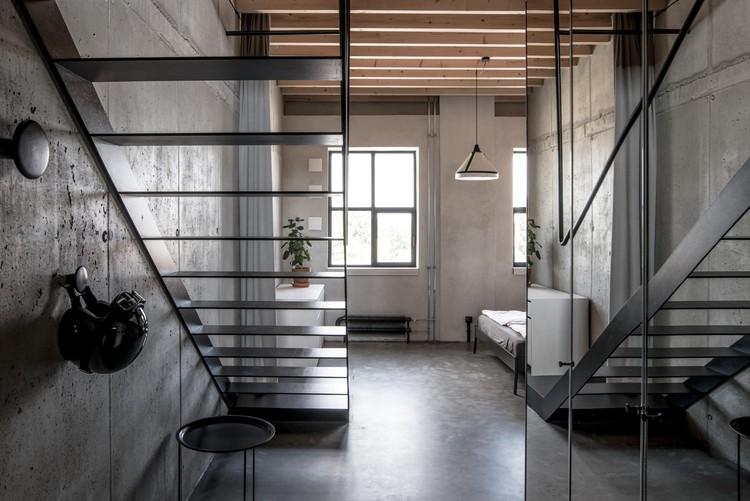 Mlynica Loft Apartment / Juraj Hubinský + Kuklica x Smerek Architekti, © Lousy Auber