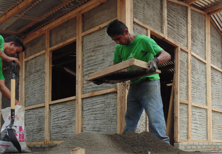 Estrategias de financiamiento concentradas en la pequeña escala para la vivienda social en Latinoamérica, © Hogar de Cristo. Via Wikimedia, licensed by CC BY-SA 4.0