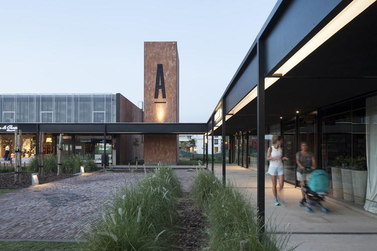 Centro comercial y plaza pública ACAECE   / BLT arquitectos, © Javier Agustín Rojas