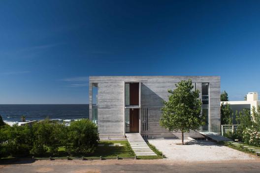 Casa la iluminada / Martin Gomez Arquitectos