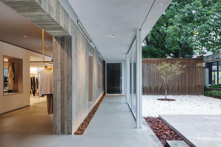 Glass sliding door opens the store to the courtyard. Image © Fangfang Tian