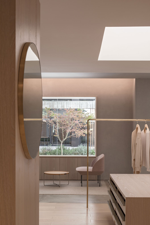 Frame view of the outdoor courtyard in the store. Image © Fangfang Tian