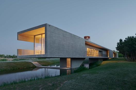 bridge house. Image © Hao Chen