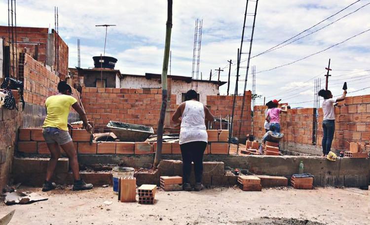 Vivienda Social en Latinoamérica: trabajar con (o eludir) el sistema, <a href='https://www.plataformaarquitectura.cl/cl/912825/arquitectura-en-la-periferia-mujeres-ensenando-a-mujeres-a-construir-sus-casas-en-brasil'>Arquitectura en la Periferia: mujeres enseñando a mujeres a construir sus casas en Brasil</a>. Image © Arquitetura da Periferia, via Facebook. Cortesia de Portal Aprendiz