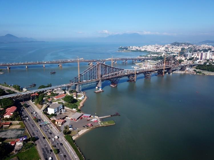 Florianópolis reabrirá Ponte Hercílio Luz para pedestres, ciclistas e ônibus, Ponte Hercílio Luz. Image Cortesia de Prefeitura Municipal de Florianópolis / Divulgação
