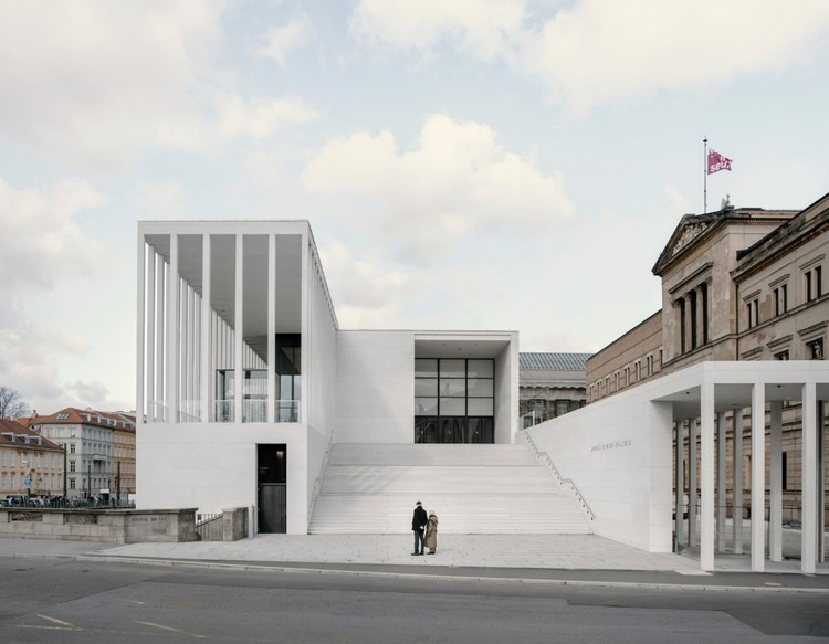 Novo museu de David Chipperfield é inaugurado em Berlim, James-Simon-Galerie. Imagem © Simon Menges