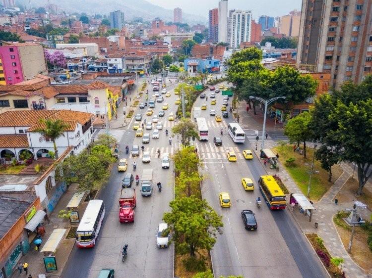 Medellín crea 30 corredores verdes para mitigar el calentamiento urbano, Medellí transformó 18 calles y 12 hidrovías en paraísos verdes. Imagen cortesia de CicloVivo