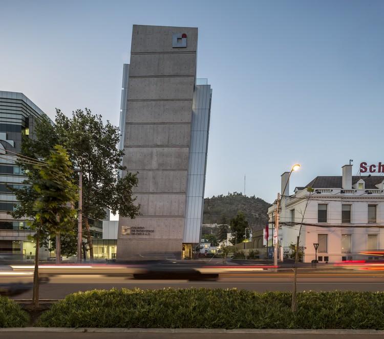 Sede Colegio de Ingenieros de Chile / Gubbins Arquitectos, © Aryeh Kornfeld