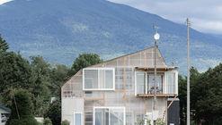A casa de telhado deformado em Furano / Yoshichika Takagi + associates