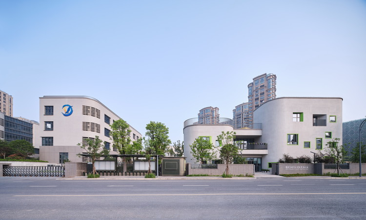 Hangzhou Shengli Primary School Affiliated Kindergarten / UAD, Consistency of the main entrance design between the affiliated kindergarten and Shengli primary school. Image © Yong Zhang