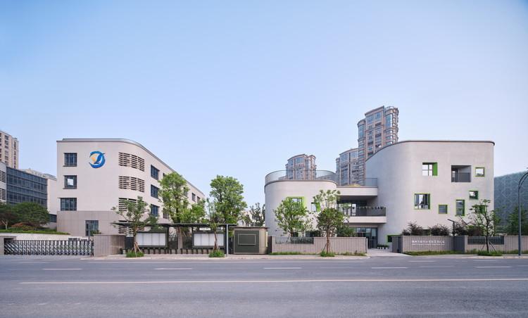Hangzhou Shengli Primary School Affiliated Kindergarten / UAD, Consistency of the main entrance design between the affiliated kindergarten and Shengli primary school. Image © Yong Zhang