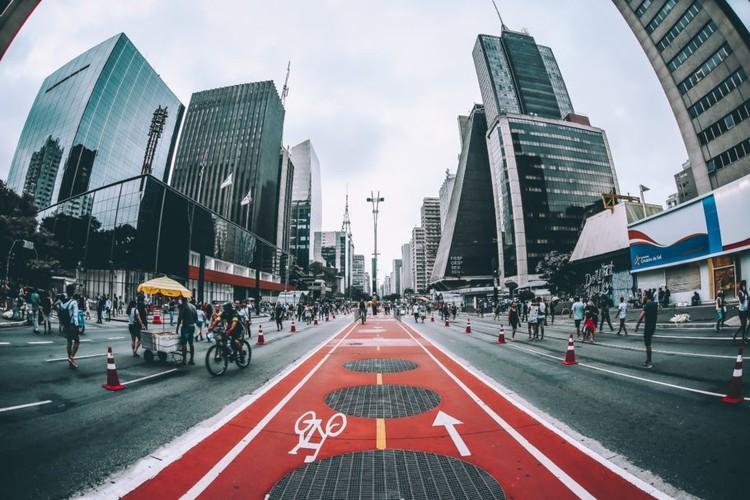 Descubra 10 maneiras de trabalhar com urbanismo, Aos domingos e feriados, o trânsito de veículos na Avenida Paulista é bloqueado, tornando-se um espaço de lazer. Foto por Sergio Souza, via Unsplash