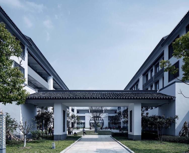 Liyang Experimental Primary School / UAD, courtyard. Image © ZYStudio
