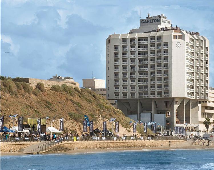 Cinza vs. Branco: 5 edifícios brutalistas em Tel Aviv, Carlton Tel Aviv. Imagem © Michaelmo19 via Wikimedia Commons