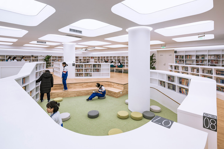 Jingshan School Library Renovation / Hui-Yin Design & Research, Sinked open reading area. Image © Weiqi Jin