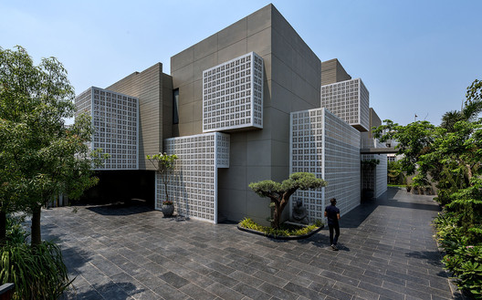 18 Screens House / Sanjay Puri Architects