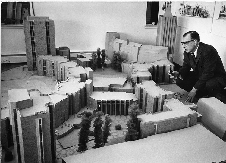 "New Architecture and Design Books to Read this Summer, Photograph of Eero Saarinen with two Yale residential colleges. From ""Living on Campus: An Architectural History of the American Dormitory"". Image Courtesy of Metropolis Magazine"
