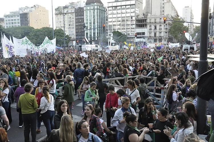 La experiencia urbana femenina, Paro Internacional de Mujeres el 8 de marzo de 2019, en la Ciudad Autónoma de Buenos Aires. Defensoría del Pueblo de la Ciudad de Buenos Aires [CC BY-SA 4.0 (https://creativecommons.org/licenses/by-sa/4.0)]. Image Cortesía de Wikimedia Commons