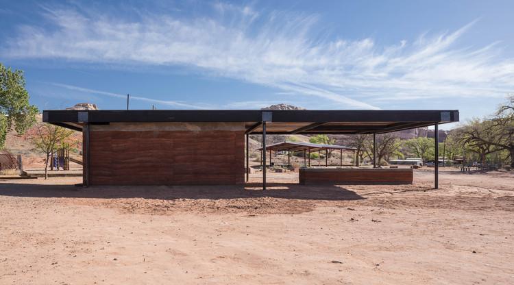 Fire Mesa Kitchen & Grill Pavilion / DesignBuildBLUFF, © Dana Sohm