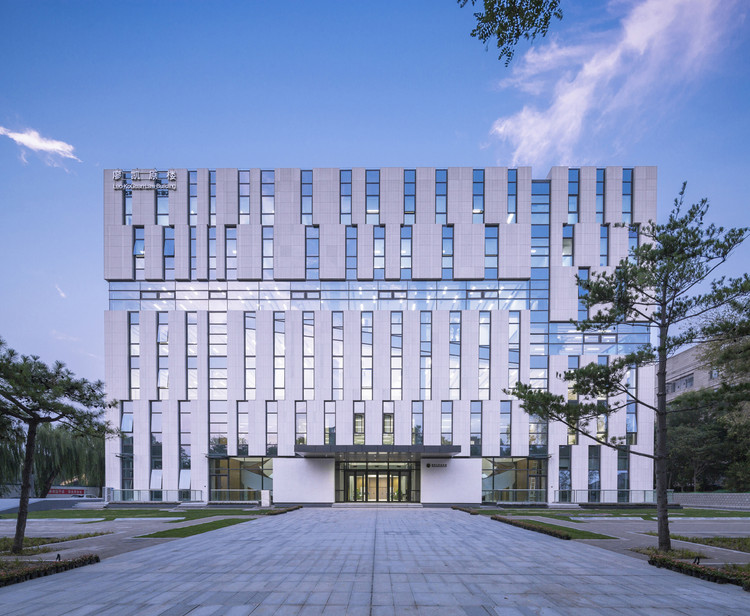 Tsinghua University's Law Faculty Library / KOKAISTUDIOS, East Facade. Image © Weiqi Jin
