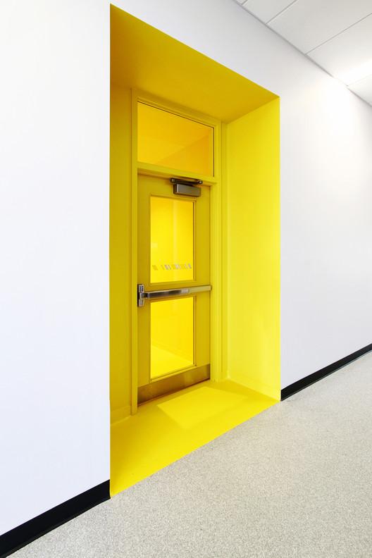Puertas cortafuego: qué son y cómo incorporarlas en un proyecto de arquitectura, Estación de Bomberos #5 / STGM Architectes + CCM2 Architectes. Image © Alexandre Guérin