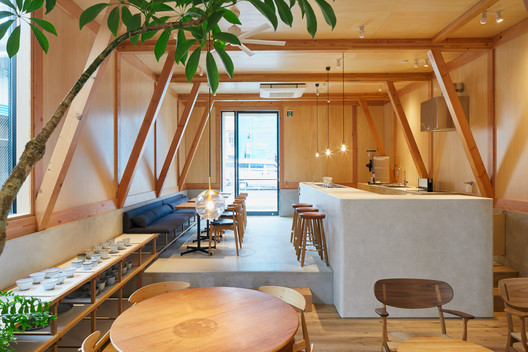 IDUMI Cafe + Residence / Tenhachi Architect & Interior Design