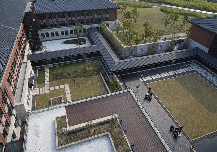 Western Academy of Haining International Campus of Zhejiang University / UAD , Different inner courtyards enclosed by corridors. Image © Qiang Zhao