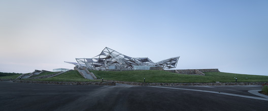 Theater outdoor auditorium on the grassland slope . Image © Bowen Hou
