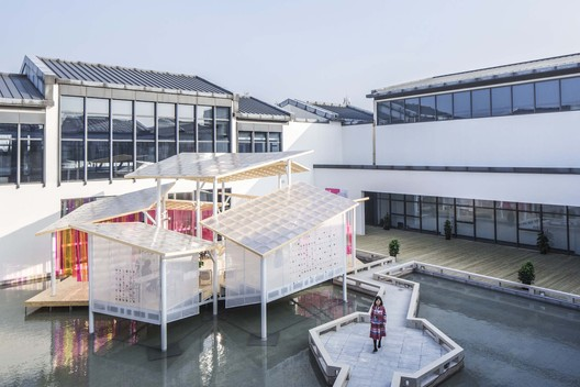 pavilion and the courtyard. Image © Kangshuo Tang