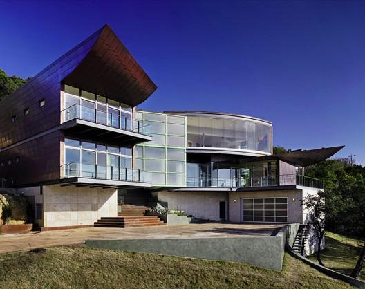Casa alas elevadas / Winn Wittman Architecture