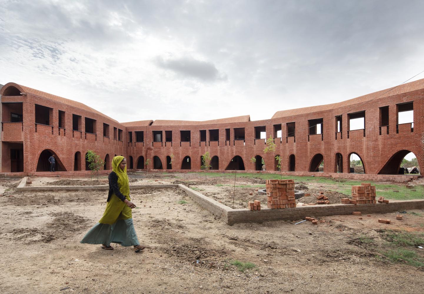 School of Dancing Arches / Samira Rathod Design Associates