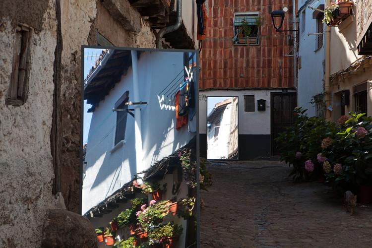 Supertrama, intervenciones de arte público en la España rural, Identidad Reflejada / Greta Crespo Fernández. Image © Asier Rua