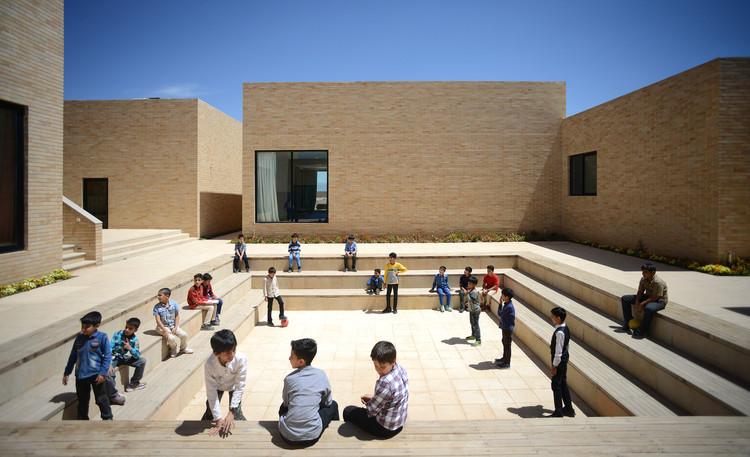 Educación y espacios abiertos: 12 ejemplos de patios en escuelas, Complejo educacional de la Fundación Noor e Mobin / FEA Studio. © Ali Daghigh
