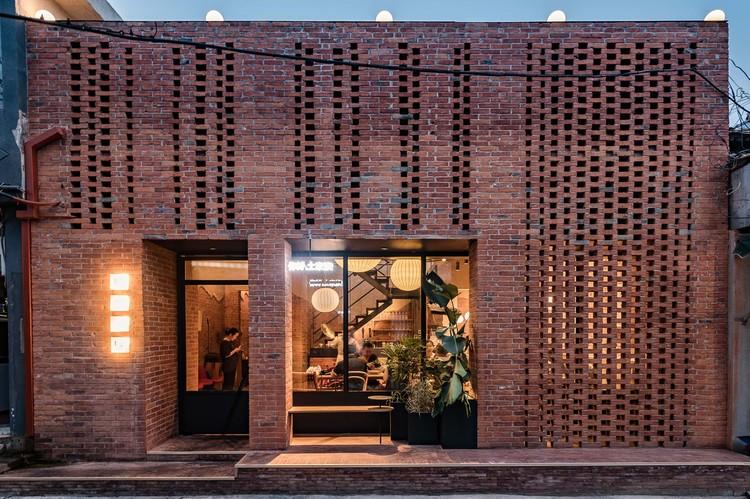 Restaurante Nicha Tujia / Atelier A, A fachada foi reconstruída para criar o padrão geométrico. Imagem © Byungmin Jeon