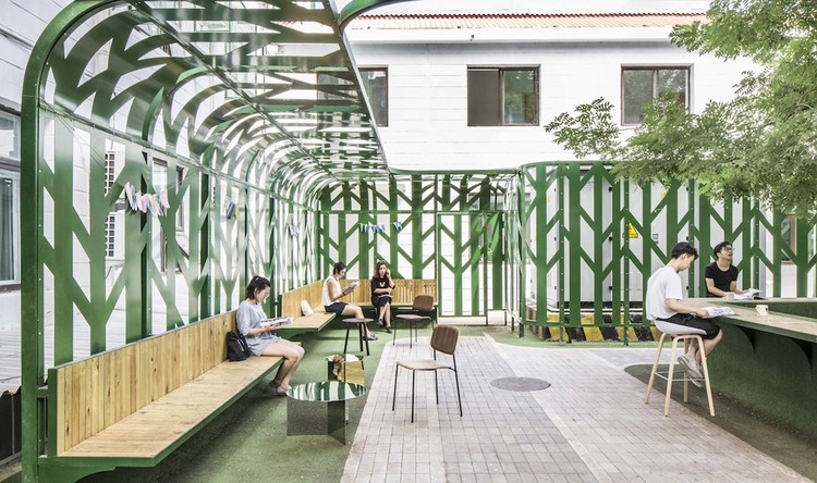 Tree Courtyard / MAT Office, reading area. Image © Kangshou Tang
