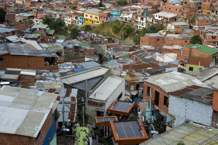 Sobre o morro, a céu aberto: história de um bairro popular e de suas escadas rolantes elétricas, Sobre o morro, a céu aberto. Image © Adriano Cirino