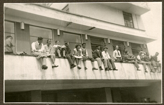 Students on the balustrade of the canteen terrace, around 1931 (photographer unknown). Image Courtesy of Stiftung Bauhaus Dessau
