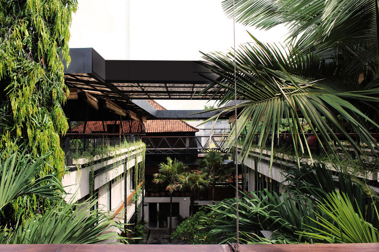 "4 Unique Coworking Typologies, from Churches to Shipping Containers, ""Outpost"" is Roam's Bali coworking and coliving space. Image via Roam"