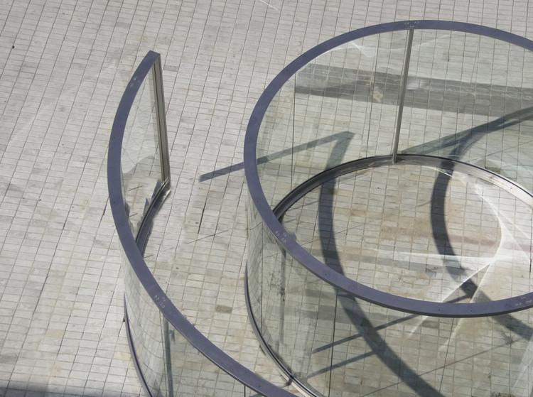 Minimalismo, posminimalismo y conceptualismo: Dan Graham interviene el espacio público en Fundación Proa , vía Fundación Proa