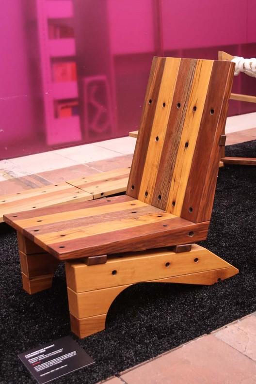 Exposição mostra mobiliário feito com madeira reciclada de postes elétricos