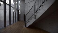 Un viaje contemplativo a través del pabellón de conferencias de Tadao Ando