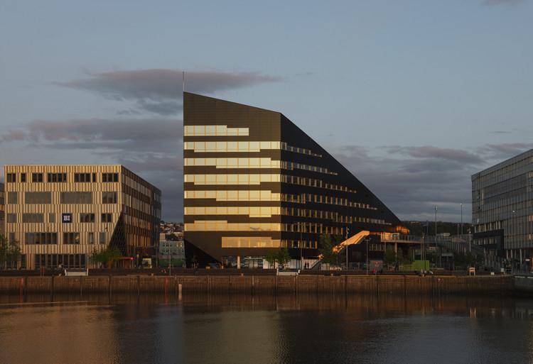 Snøhetta completa edificio de oficinas con casi 3.000 m² de paneles solares en Noruega, © IVAR KVAAL