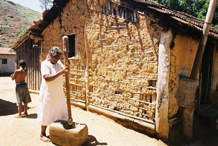 """Dicionário Iphan do Patrimônio Cultural: o que é um """"quilombo"""", Quilombo Cangume, Itaóca (2004). Foto: Luis Eduardo Tavares, foto tirada no projeto Cinevale em Movimento 2004. Via Flickr. Licença CC BY-SA 2.0"""