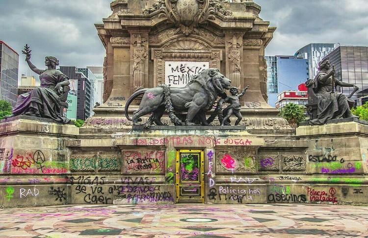 Mujeres restauradoras se pronuncian ante las pintas de los monumentos en la Ciudad de México, Glorieta del Ángel de la Independencia, Paseo de la Reforma, Ciudad de México. Image © Santiago Arau
