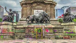 Mujeres restauradoras se pronuncian ante las pintas del Ángel de la Independencia en la Ciudad de México
