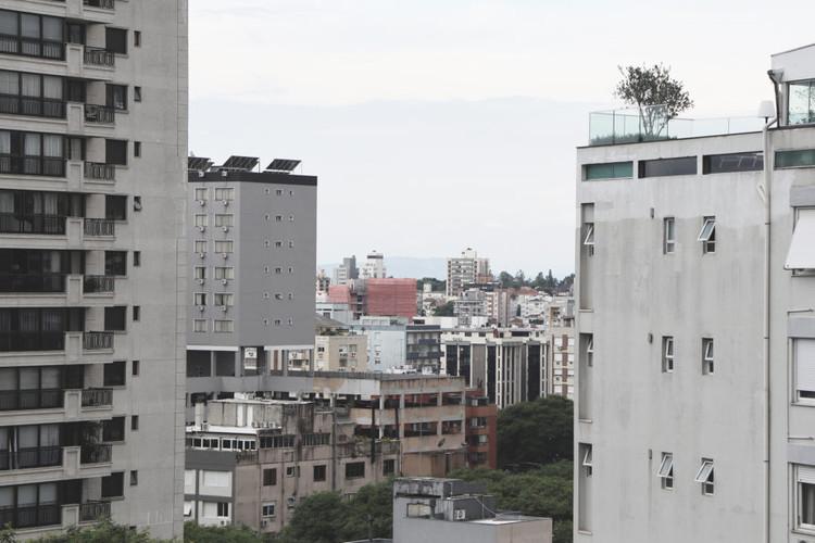 Por que nossas cidades são tão feias?, Porto Alegre tem uma das maiores restrições ao aproveitamento do solo entre todas capitais brasileiras. Imagem: Anthony Ling