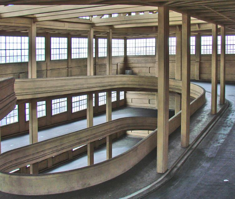 Uma pista de testes na cobertura: a arquitetura industrial da Fábrica da Fiat em Lingotto, Rampas que levam à cobertura. Foto: Jean-Pierre Dalbéra, via Flickr; Licença Creative Commons