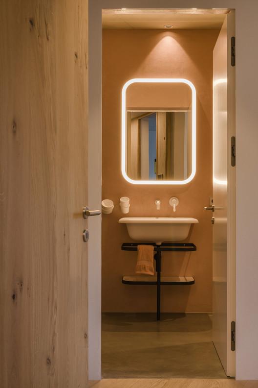 ¿Cuál es la mejor iluminación para un baño?, House on the Hill / MoDusArchitects. Image © Filippo Molena