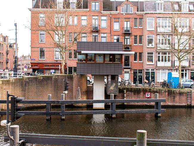 Antigas cabines nos canais de Amsterdã são convertidas em quartos de hotel, Cortesia de SWEETS Hotel